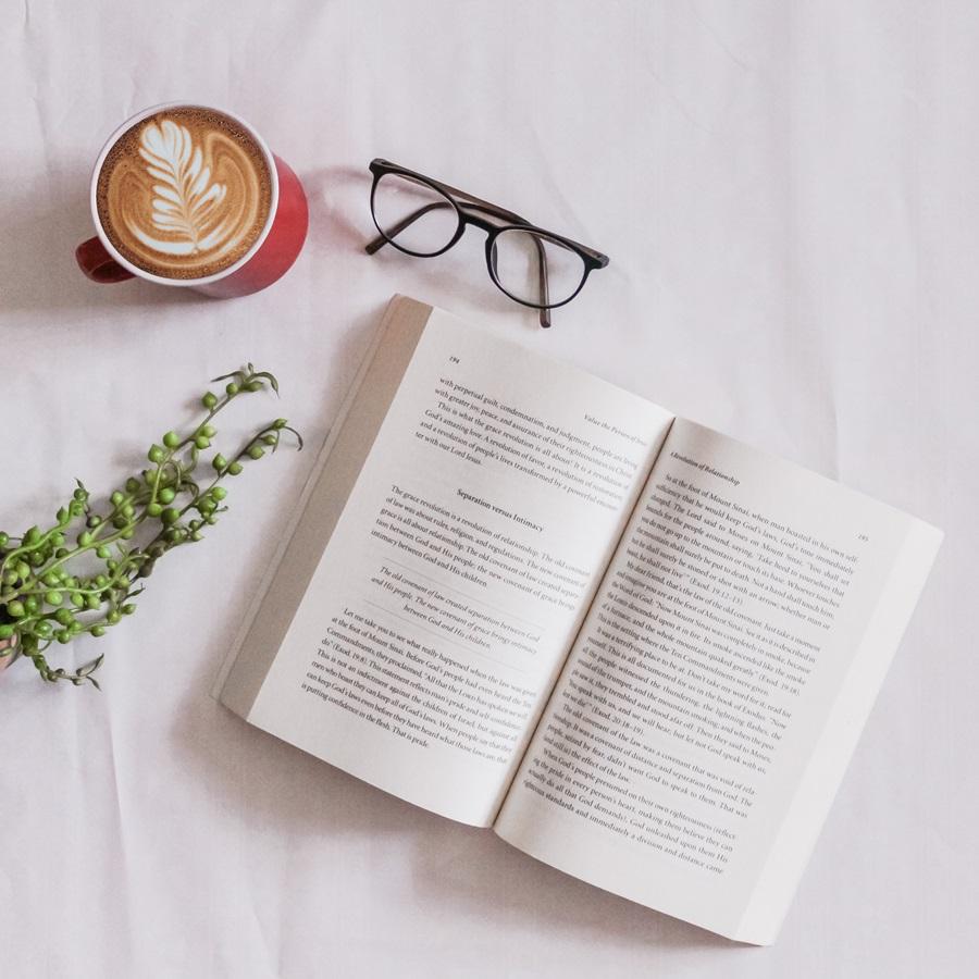Livre, café et lunettes